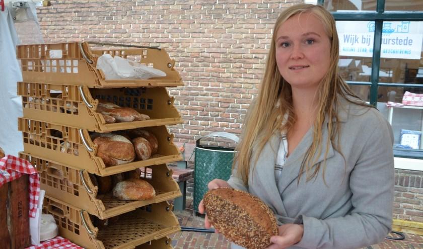 Joyce van Vroeg uit Bunnik heeft een assortiment broden meegenomen en lekker hapjes. Hier toont ze een meergranenbrood