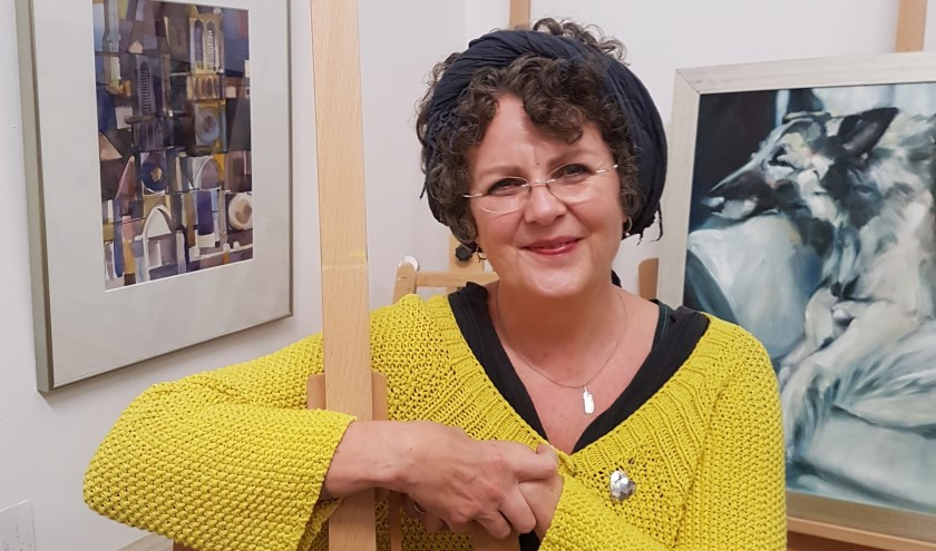 Erica Nussbaum in haar atelier. Ze hoopt dat haar inzending aan de Nederlandse Portretprijs waardering van jury en publiek krijgt. Foto: Manfred Kewerkopf.