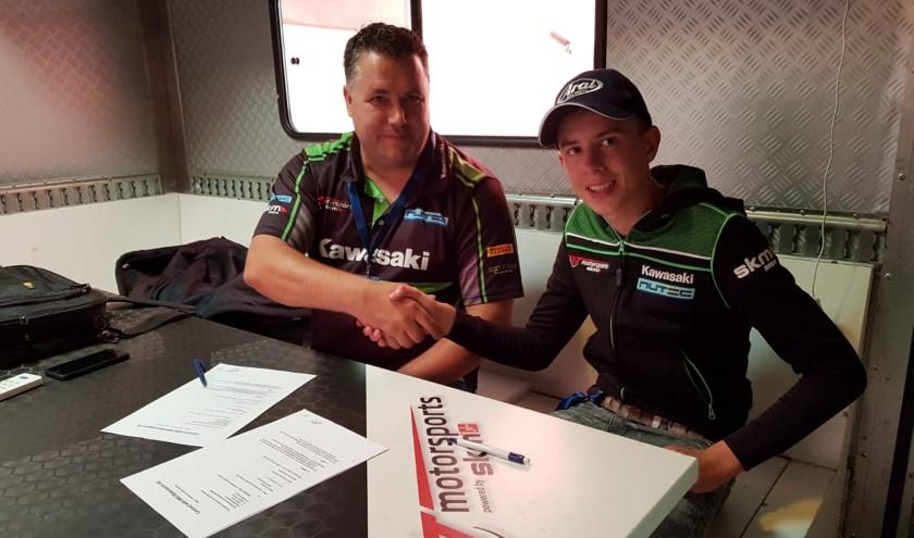 De 15-jarige Velthuizen met een van de teammanagers Rob Vennegoor bij het tekenen van het nieuwe contract.