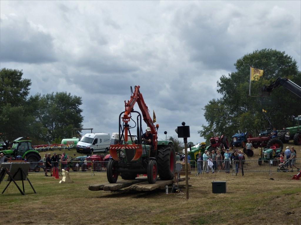 De kunst was om op de brug in evenwicht te komen en dat lukte deze tractor met kraan aardig goed.  Agnes Helderman © DPG Media