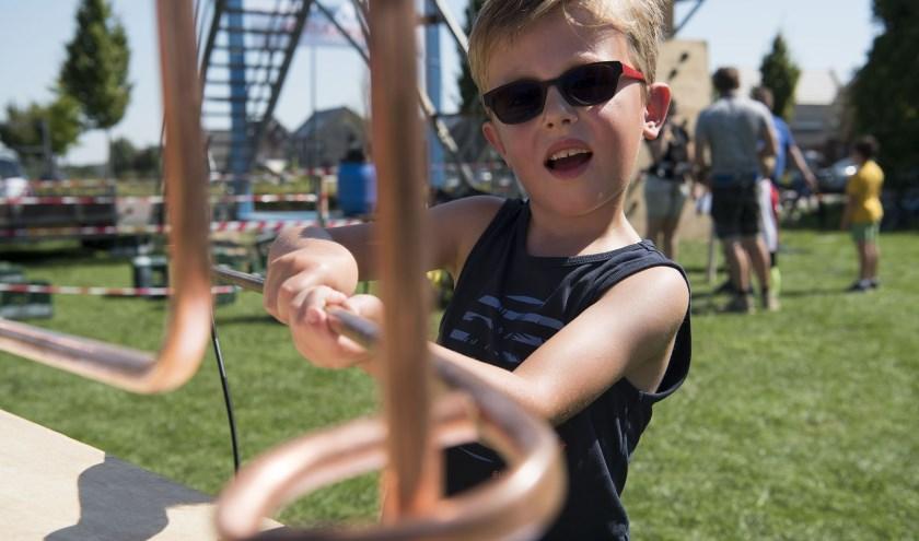 Lennart Jansen (6) begint op de open dag van Scouting Elst vol goede moed aan het zenuwspel. (foto: Ellen Koelewijn)