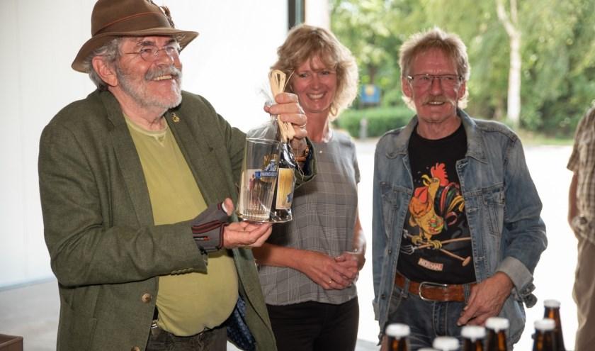 Bennie Jolink van Normaal vindt het nieuwe Normaal-biertje 'heerlijk!'. Foto: Brenda Beumer