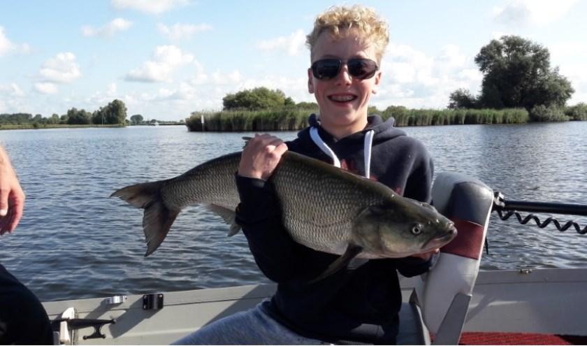 Jongeren van 12 tot 16 jaar kunnen een dag het water rond Zwolle op om te hengelen naar roofvissen.
