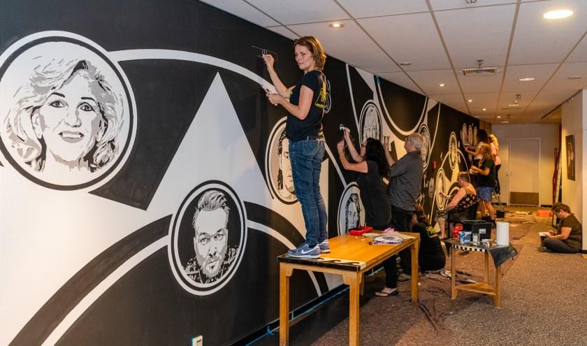 Atelier Totem maakt muurschildering op de eerste etage in Theater Figi. FOTO: Mel Boas