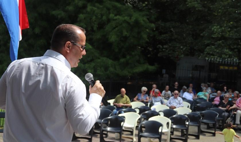 Zanger Alex West vermaakte het publiek bij muziektent de Plantage in Culemborg.