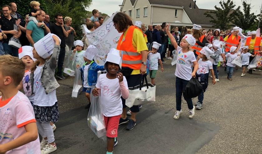 Op vrijdag gingen de kinderen, samen met fanfare Hèls Kabaol!,in optocht naar het veldje aan de Middelingenseweg.