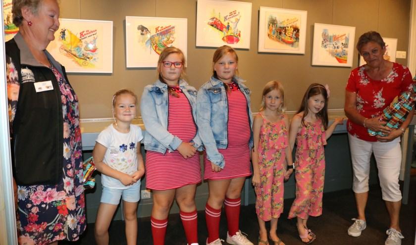 Links Jolanda Bakker en rechts Hannie Beunk. Tussen hen in de winnaars van links naar rechts Hannah Torn,  Emi en Anna Zwolsman,  Nikki en Nora Zandbergen. (Foto: Rijssens Museum)
