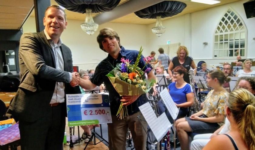 Weth. Horsthuis-Tangelder overhandigt de subsidiecheque aan voorzitter Jerke Kloek