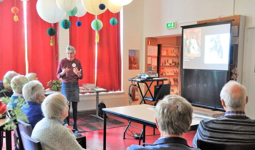 Kitty Winter geeft een lezing over kunst in het Odensehuis Culemborg