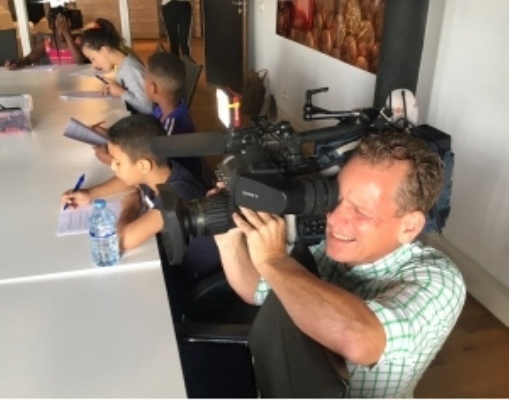 Cameraman Bart Wasser van het jeugdjournaal legt het allemaal vast. Foto: Roel Kleinpenning © DPG Media