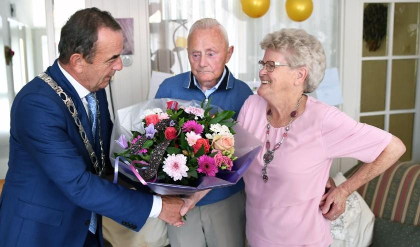 Burgemeester Nol Kleijngeld feliciteert het diamanten bruidspaar.