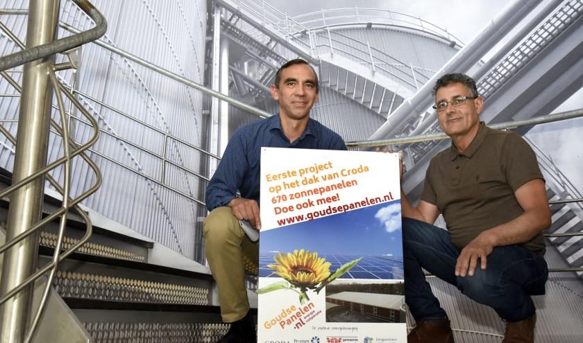 Maurice van Bourgonje en Abdoul el Mahi van stichting Goudse Panelen hopen dat meer bedrijven hun dak gratis beschikbaar stellen. Foto: Marianka Peters