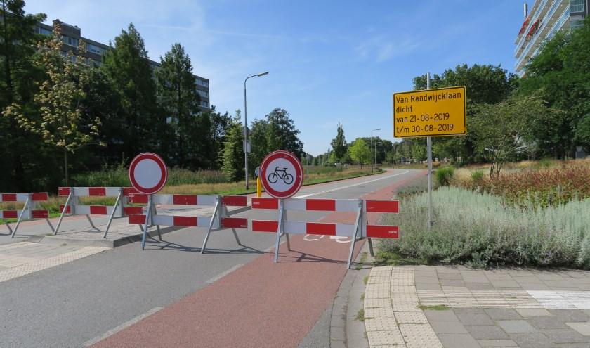 De borden waren duidelijk. Geen toegang tot de Van Randwijcklaan voor welk verkeer dan ook.