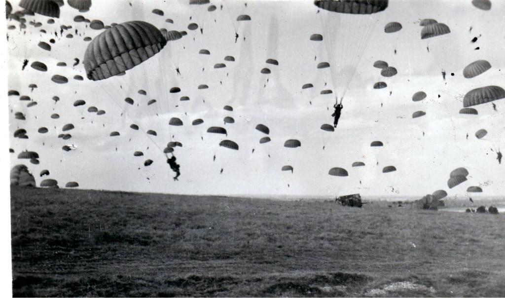 17 februari 1944: Dropping van manschappen van de Amerikaanse 82ste Airborne Divisie in Groesbeek nabij de Wylerbaan/Derdebaan. (Foto Archief Heemkundekring Groesbeek, collectie G.G. Driessen).  © DPG Media