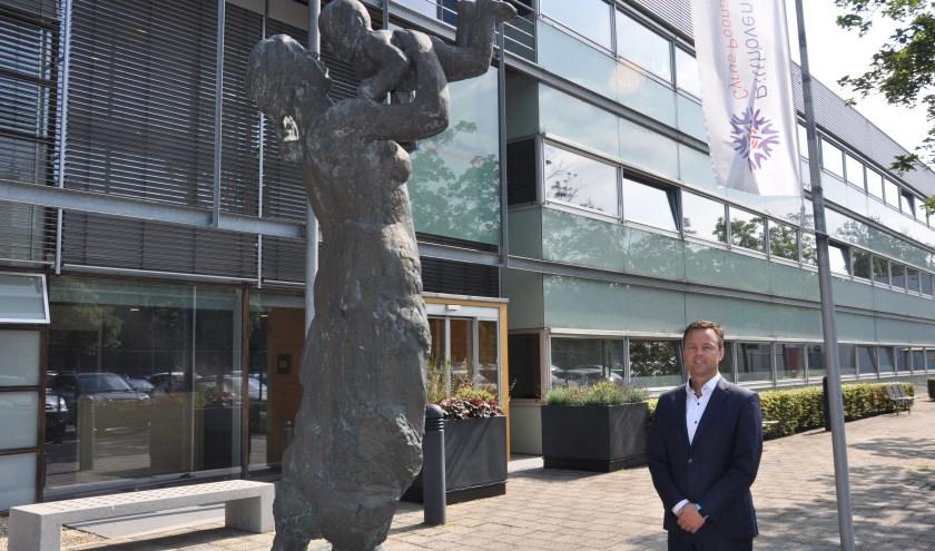 Jan-Eric Zandbergen voor de ingang van Bilthoven Biologicals.