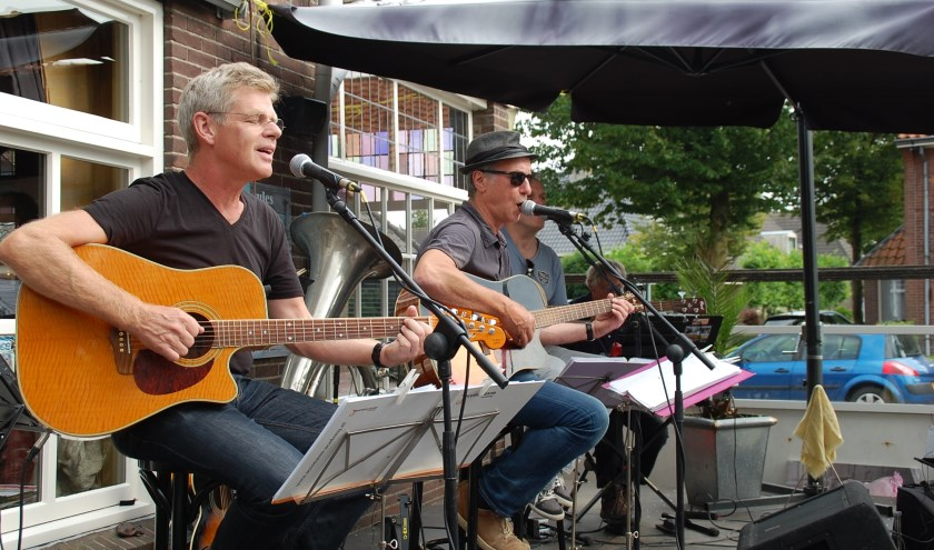 De Rinus van den Boomen Big Band bij een eerder terrasconcert bij De Kemphaan. De bandleden hebben allemaal inbreng in het repertoire.