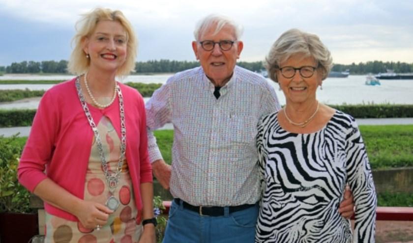 Burgemeester Reinie Melissant-Briene bezocht het echtpaar Van 't Verlaat-Brand om hen te feliciteren. Eigen foto