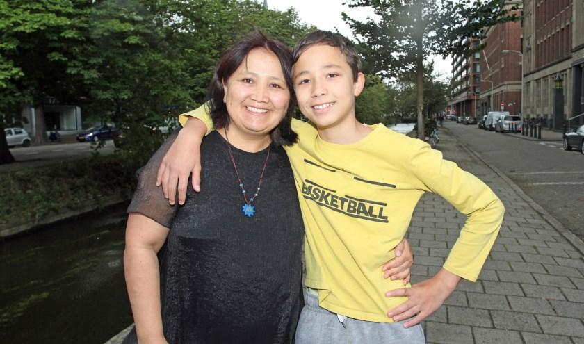 Nurmira met haar zoon Du Kaimi. Ze houdt van wandelen door de stad (Foto: Peter van Zetten)