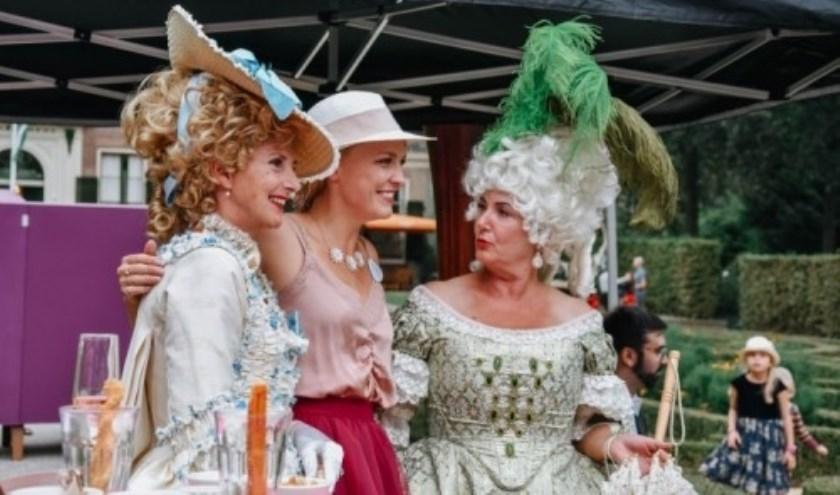 Mooie kostuums kijken in Het Park.