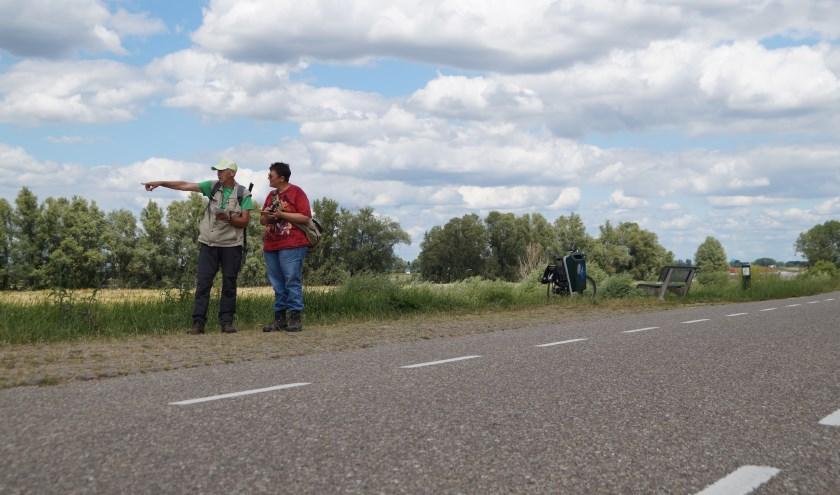 Marie en Esther zijn samen bezig met Geocaching aan de Waaldijk in Gameren.