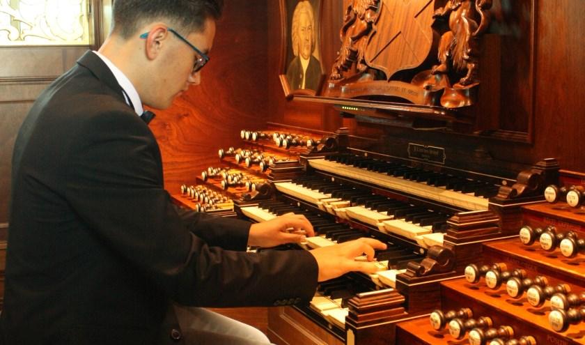 Organist Steven Knieriem