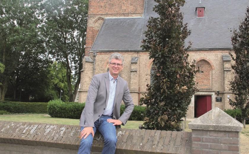"""Arjen Hiemstra voor de Werenfriedkerk aan de Dorpstraat: """"Na zoveel jaren is het goed om eens ergens anders te kijken."""""""