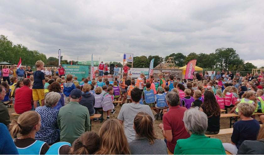 Deelnemers en belangstellenden tijdens een vorige editie van Timmerdorp Nesselande (Foto Annemarie van der Kooij)