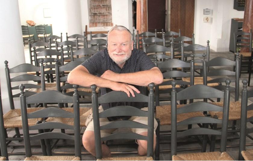 Ron Meijer te midden van de stoelen die plaats moeten maken voor nieuwe.