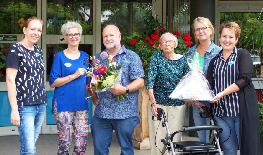 'Mans filmt' neemt van KleinGeluk een appeltaart en bloemen in ontvangst in ruil voor een film.