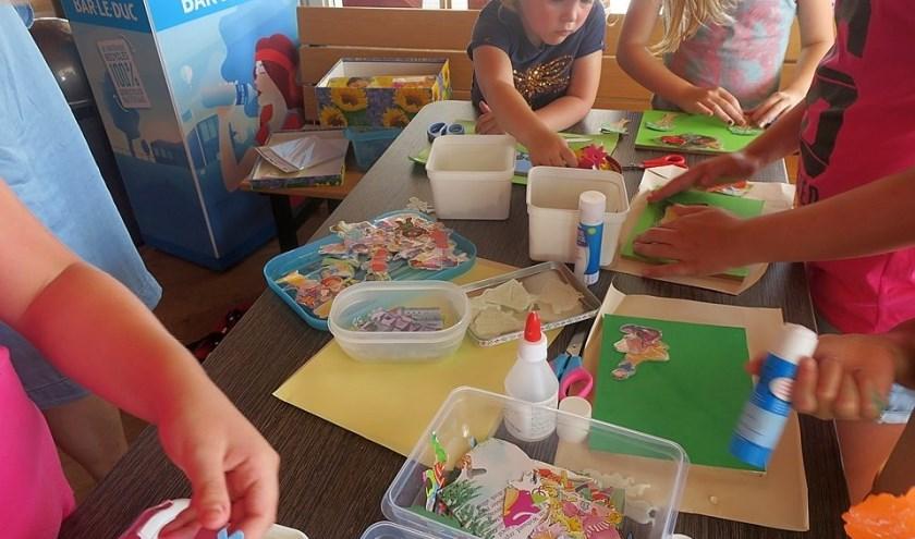 De kinderen vinden knutselen heel leuk bij OKids. Wie wordt hun vrijwillige begeleider?