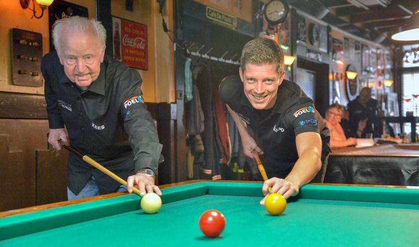 Kees Kooijman en Eduard Kolfschoten zijn lid van BV De Plaats. Kees al 63 jaar en Eduard sinds een paar maanden. (Foto: Paul van den Dungen)