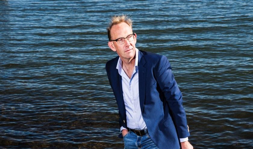 Martin Hendriksma staat met beide benen in de Nederrijn. Foto: Janita Sassen