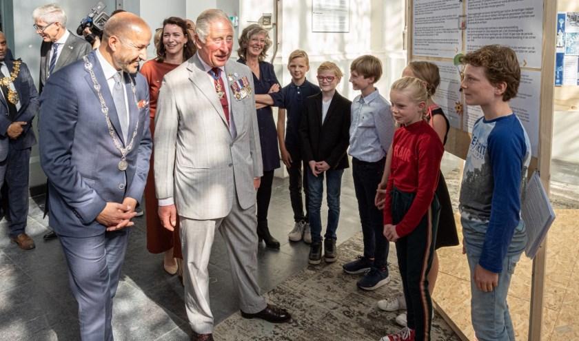 Prins Charles praat met een leerling van de AMS