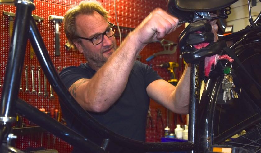 """'Vroeger maakte ik zoutstrooiers. Dat zijn hele ingewikkelde apparaten. Dan zijn fietsen peanuts."""" Tekst en foto: Sterre ten Houte de Lange"""