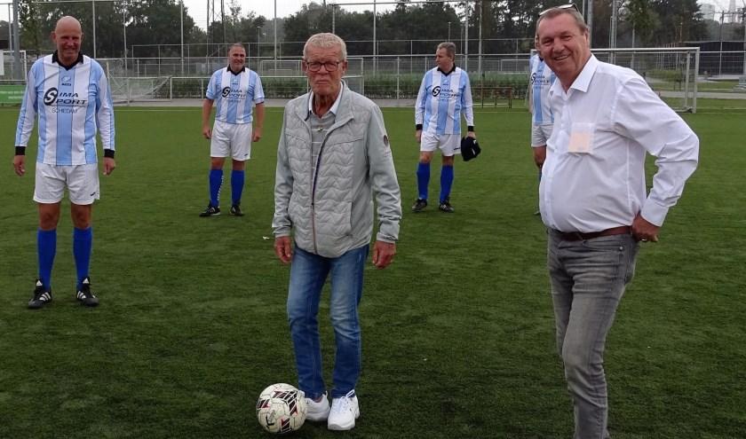Vier dagen voor zijn 80e verjaardag trapte Piet Romeijn vrijdag bij SVV af voor het naar hem genoemde 7-tegen-7 toernooi. (Foto: PG/gsv)