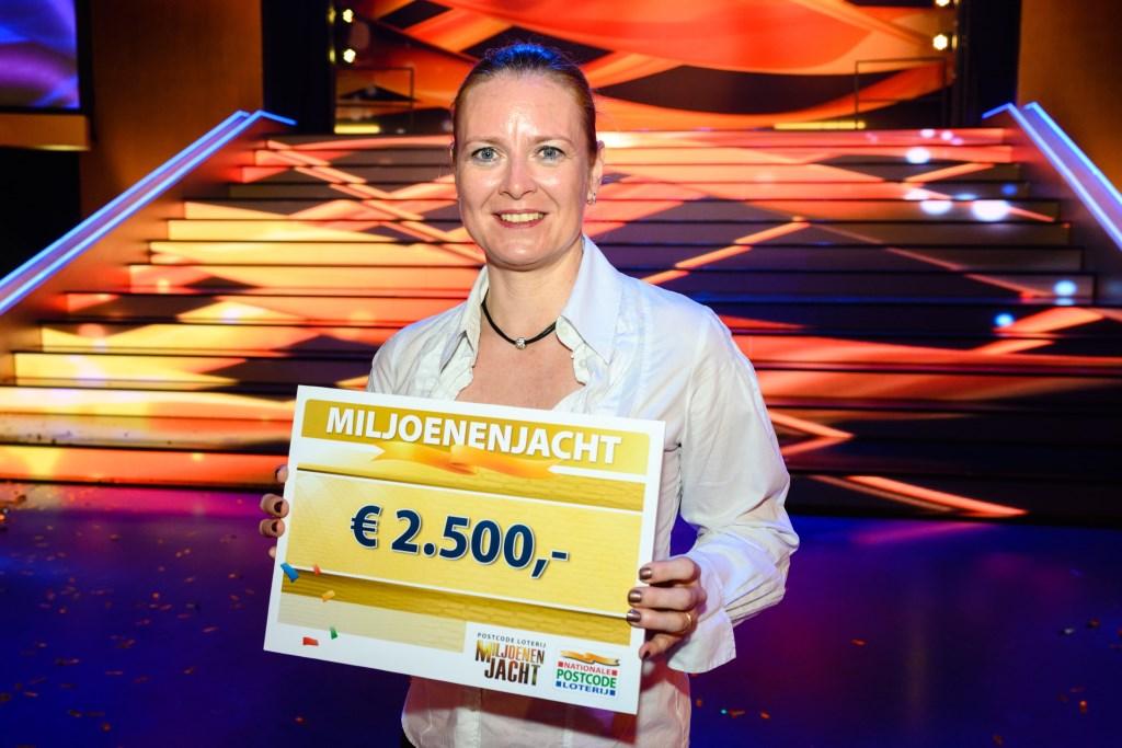 Desiree uit Arnhem wint 2.500 euro bij Postcode Loterij Miljoenenjacht. (foto: Roy Beusker Fotografie)  © DPG Media