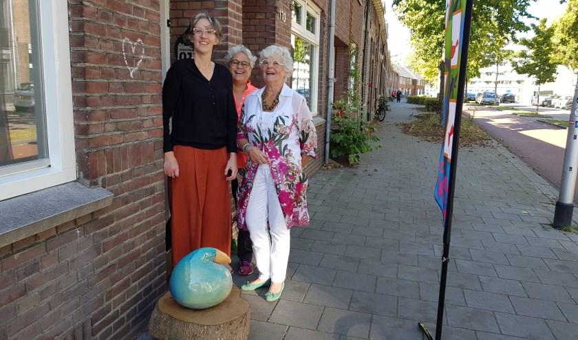 Van links naar rechts: dichter Mariëlle van Dijk, organisator Carmen Sjardijn en keramisch kunstenaar Ank van Dijk
