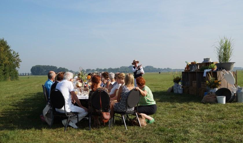 Het poëzie-ontbijt tijdens BoelevaArt in Hedel. in de middag werd het ballonfestival helaas afgelast vanwege het slechte weer.