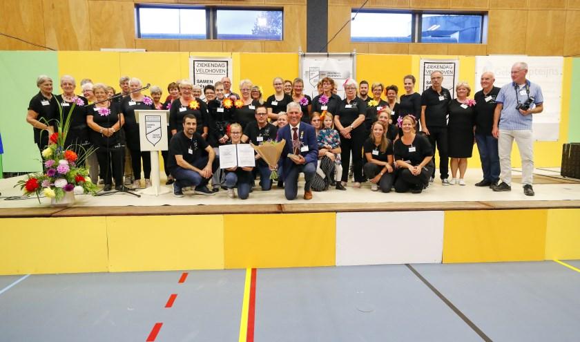 De vrijwilligers van de Veldhovens Ziekendag met Henk Waarma. Allen zijn met de Ster van Veldhoven geëerd als Sterren van Veldhoven! FOTO: Bert Jansen.