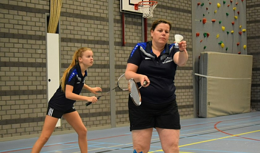 Leonie Koekoek serveert in het vrouwendubbel met Esmee van den Beld.