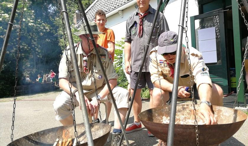 Arjo Boerdam, midden, staat klaar om de leerlingen van de BSO onderricht te geven in de diverse scoutingactiviteiten. Foto: Peter Spek