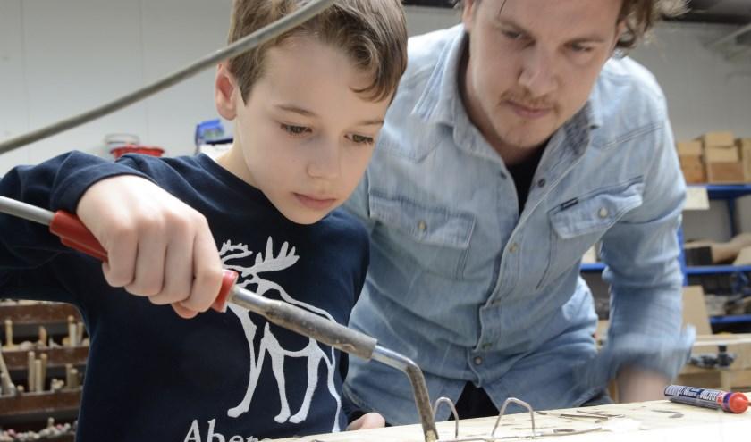 In de geest van de grote kunstenaar en uitvinder Leonardo da Vinci leren kinderen om creatief nieuwe vindingen te doen.