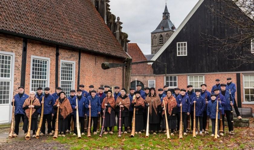 Al 40 jaar houden de Mirrewinterhoornbloazers Ol'nzel de traditie in ere en dat wordt gevierd op 7 september met een jubileumfeest. Foto: Jan Paalman/Corine Wessels