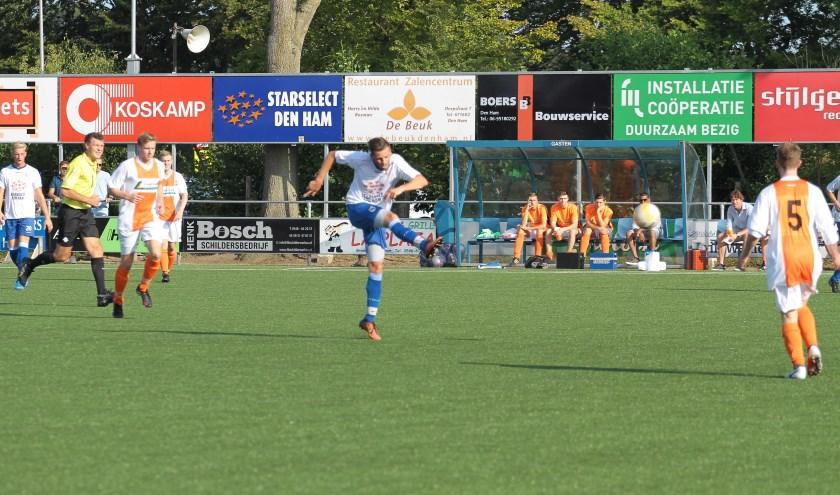 Dewy Drost haalt uit voor de 1-0. Foto: hvds