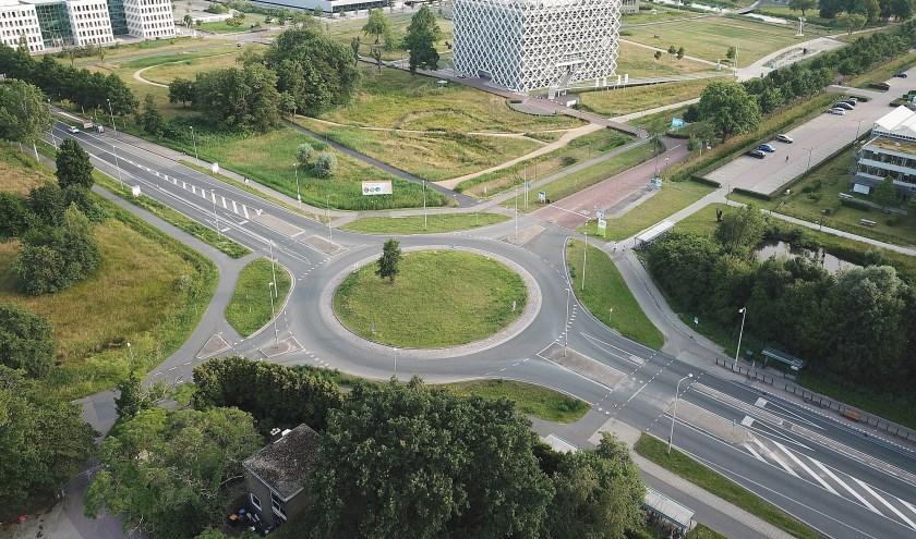 De rotonde op de Mansholtlaan bij de Campus is een van de grote knelpunten in de bereikbaarheid van Wageningen. (foto: Antonio Mulder)