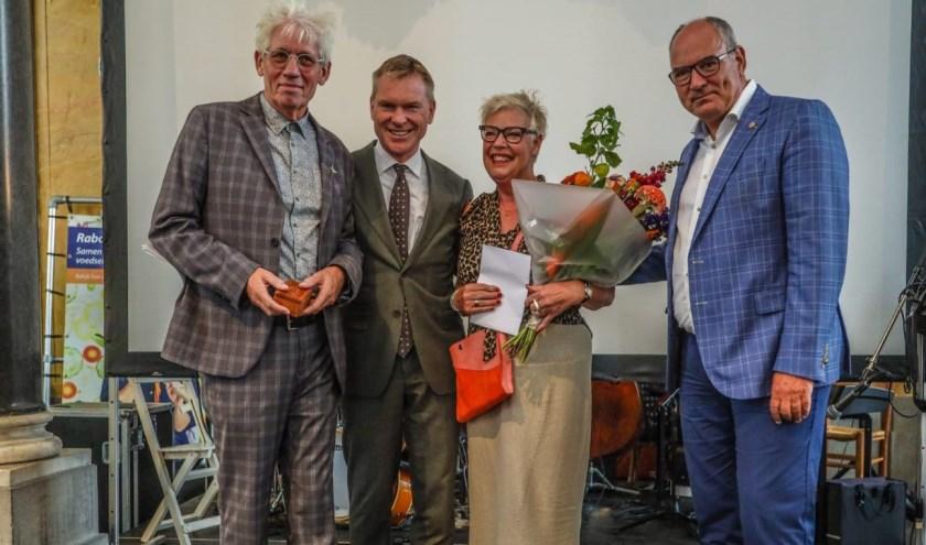 De Wit ontvangt het Bommelerwaards compliment tijdens het Proeflokaal festival in de Sint-Maartenskerk.