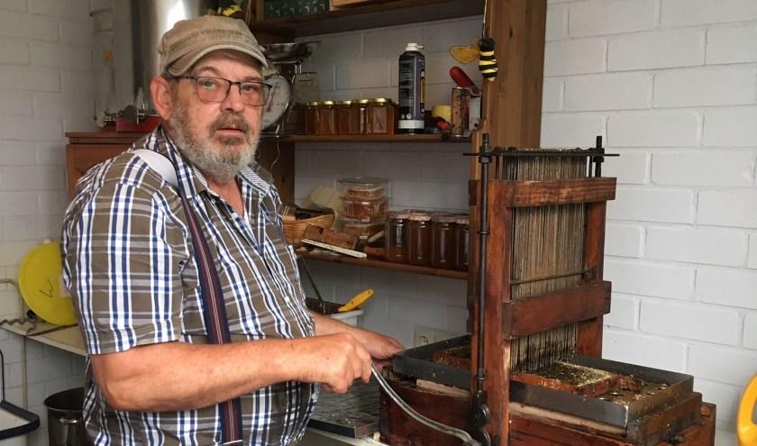 Imker Paul Docter demonstreert zaterdag deze uit 1930 stammende Trumf bij de winning van heidehoning.