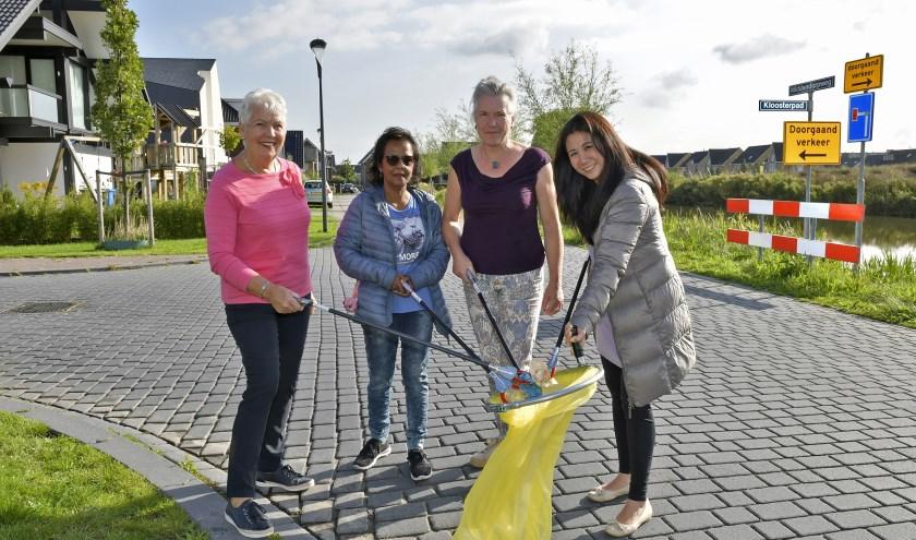 Schoonmaakbrigade adopteert straten in RijswijkBuiten. Elly Meurs, Rita Molai, Maria Brabander en Wina Tjiook (v.l.n.r.) houden samen hun buurt schoon. Foto: Erwin Dijkgraaf Fotograf