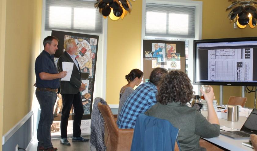 Ernst-Jan Heijnen (links) gaf een toelichting bij de bouwtekeningen van de voormalige Knopenfabriek Bredevoort.