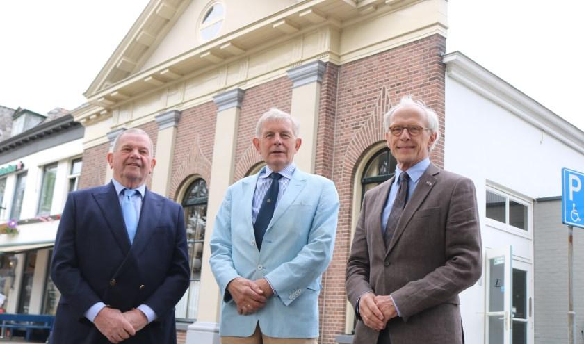 Staande voor de sociëteit De Eendracht. Vlnr: Frans Op den Kamp, Wim Bredewout en Kees de Boer. (Foto: Arjen Dieperink)